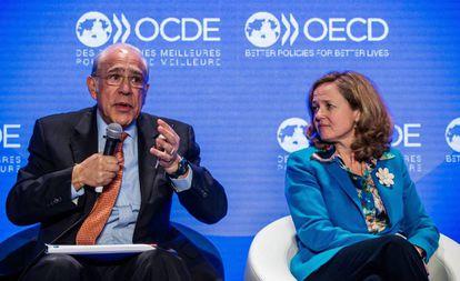 El secretario general de la Organización para la Cooperación y el Desarrollo Económico (OCDE), Ángel Gurría, junto a la ministra de Economía, Nadia Calviño.