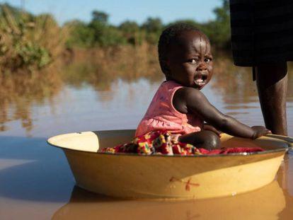 Una madre baña a su hija en agua estancada producto de las inundaciones del ciclón Idai en Matarara (Mozambique).