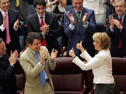 En el centro, Ignacio González aplaude a Esperanza Aguirre en 2007, durante el acto de investidura de la entonces líder del PP de Madrid como presidenta autonómica.