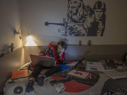 Un joven viendo su ordenador.