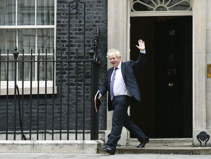 Boris Johnson salía ayer de Downing Street para reunirse con su Gabinete.