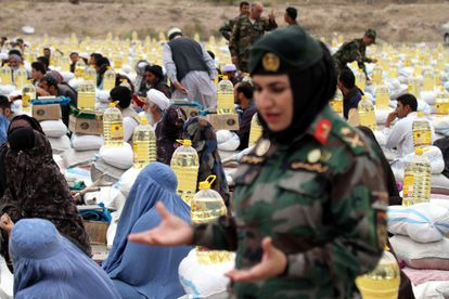 Una oficial del Ejército afgano durante un reparto de comida a las familias de los soldados muertos en combate, el lunes en la ciudad de Herat.