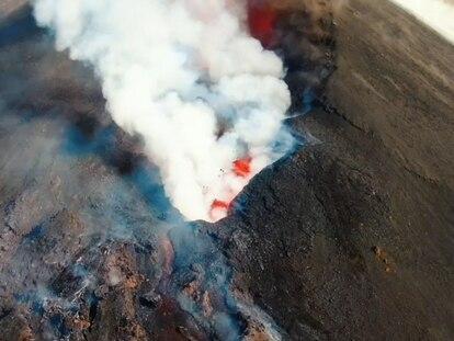 Vídeo | El cráter del volcán de La Palma a vista de pájaro