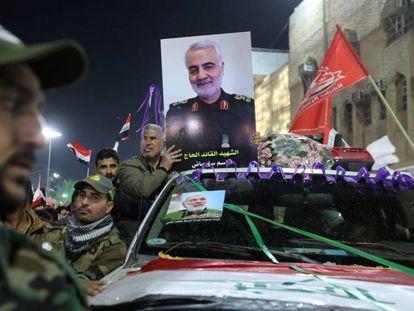 Procesión fúnebre por Qasem Soleimani y Abu Mahdi al Mohandes, este sábado en la ciudad iraquí de Kerbala.