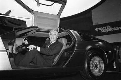 John Delorean en la presentación a medios de comunicación del mítico DeLorean DMC-12, en la Earl's Court Motor Fair de Londres.  