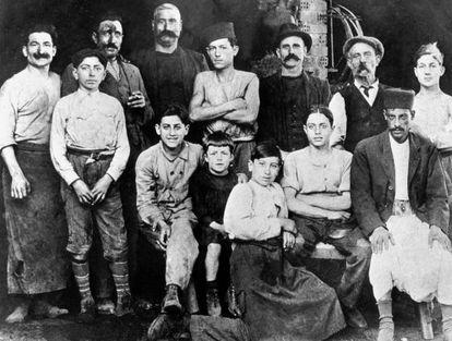 Albert Camus, en el centro de la foto, con siete años, en la carnicería de su tío en Argel, en 1920.