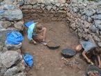 Estudiantes de arqueología excavando en el yacimiento de Torre d'en Galmés.