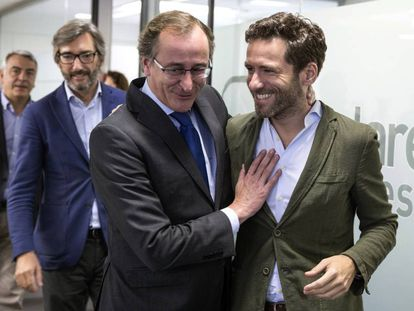 Alfonso Alonso (izquierda), junto al presidente de su partido en Gipuzkoa, Borja Sémper, antes de anunciar su candidatura a lehendakari en las elecciones autonómicas del 25 de septiembre.