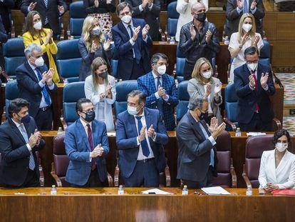 Los diputados del PP aplauden en pie a Isabel Díaz Ayuso, tras su discurso de este jueves en la Asamblea de Madrid.
