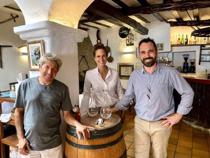 El pescador Toni Quintals con Àngels Marí y Pedro Guash, propietarios de Can Gat. J.C. CAPEL
