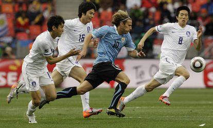 Diego Forlán dio el pase de gol a Luis Suárez en la primera parte del encuentro entre Corea del Sur y Argentina.