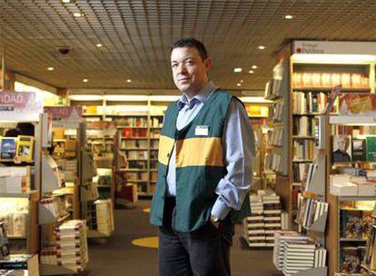 José Manuel Cuesta, con el chaleco que usaban los empleados cuando se abrió la Fnac de Callao.