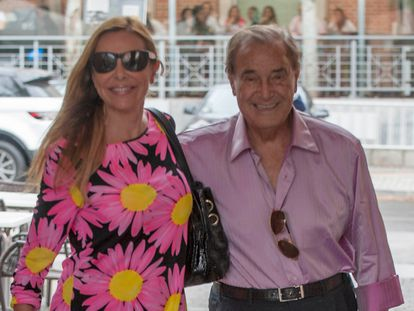 Ana Obregón junto a su padre, Antonio García, paseando por las calles de Madrid en 2012.