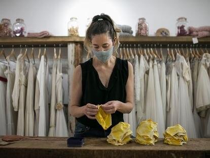 Ruth Fernández, propietaria de una tienda de vestidos de novia, se ha reinventado haciendo mascarillas de tela en su taller.