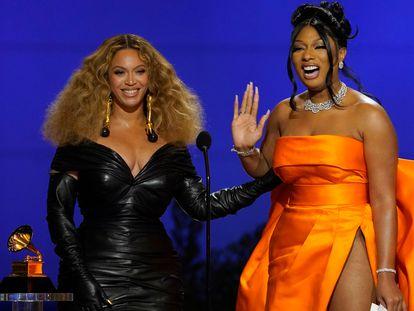 Beyonce y Megan Thee Stallion aceptan el premio a mejor canción de rap por 'Savage' en los Grammy de 2021, en Los Ángeles, California.