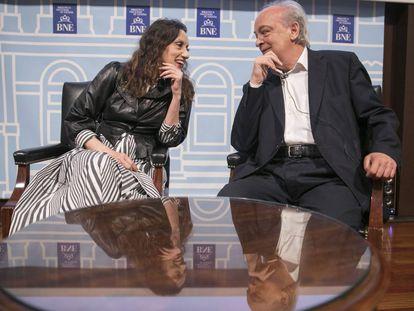 Luz Casal y Enrique Vila-Matas, hoy martes en su encuentro en la Biblioteca Nacional, en Madrid.