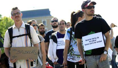 Un grupo de jóvenes se manifiesta contra la precariedad laboral.