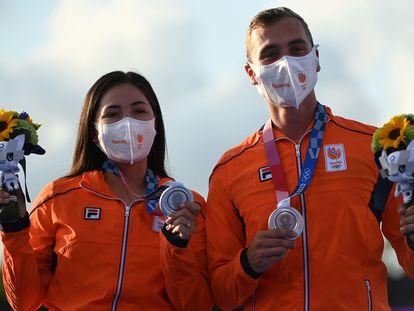 La mexico-neerlandesa Gabriela Schloesser y Steve Wijler tras ganar la plata en equipos mixtos de tiro con arco.