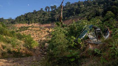 Algunos de los restos de las viviendas de la comunidad de La Reina, soterrados a lo largo de la ladera.