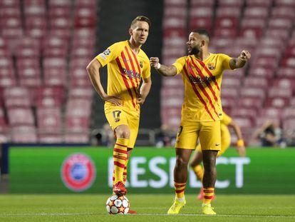 Luuk de Jong y Memphis, durante el encuentro ante el Benfica.