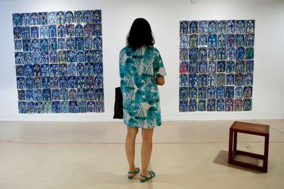 Una mujer observa la obra del holandés Marijn Van Kreij en el Museo Picasso de Barcelona.