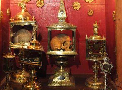 Urnas de oro y plata en las que se conservan cráneos atribuidos a santos, en la iglesia parroquial de San Rosendo, en Celanova.
