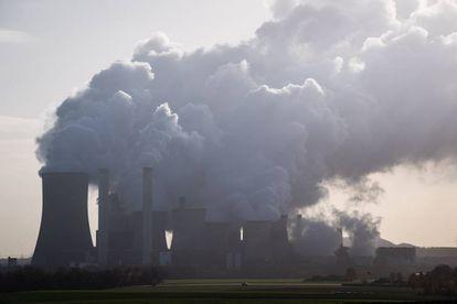 Las chimeneas de una fábrica alimentada por carbón en Berheim (Alemania).
