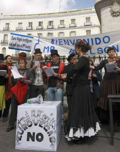 Miembros de la Plataforma Eurovegas No, durante su protesta el sábado en la Puerta del Sol.