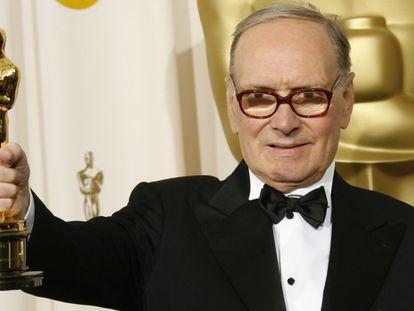 Ennio Morricone, posando con el Oscar a Mejor banda sonora por 'Los odiosos ocho'.