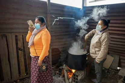 Marsivit Alejo coordina macetas comunes en un distrito del sur de Lima en agosto de 2020.
