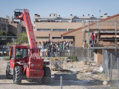 Obras en el colegio público Antonio Fontán, en el distrito de Fuencarral-El Pardo, este lunes.