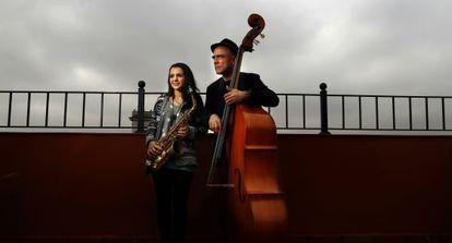 Andrea Motis y Joan Chamorro en una azotea de Madrid.