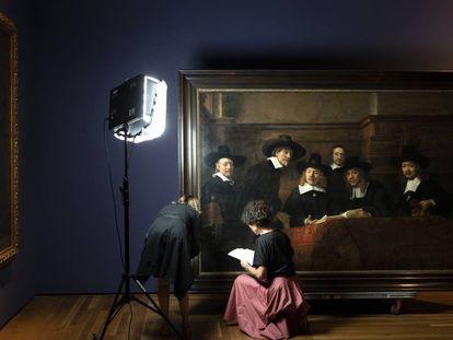 Una experta del Museo del Prado y otra del Rijksmuseum de Ámsterdam revisan el cuadro de Rembrandt 'Los síndicos' esta semana en la pinacoteca madrileña.