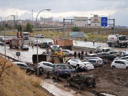 Coches en el barrizal en el que se han convertido las carreteras próximas a Toledo, al fondo.