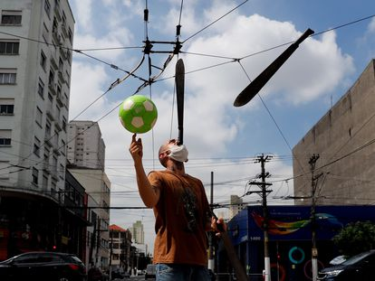 Un hombre realiza malabares en una calle de São Paulo (Brasil).