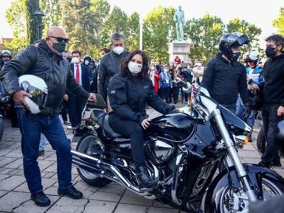 La presidenta de Madrid, Isabel Díaz Ayuso en una moto durante un encuentro con representantes de asociaciones de Fuerzas y Cuerpos de Seguridad del Estado en Valdemoro (Madrid).