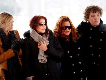 Riley Keough, Priscilla Presley, Lisa Marie Presley y Benjamin Keough, en la conmemoración del 75º cumpleaños de Elvis Presley, en enero de 2010.