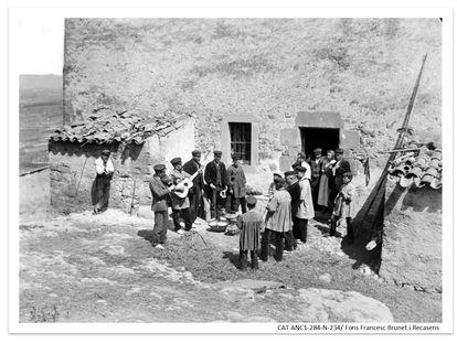 'Caramelles' en un pueblo de Cataluña, en una imágen de FRancesc Brunet i Recasens despositada en el ANC.