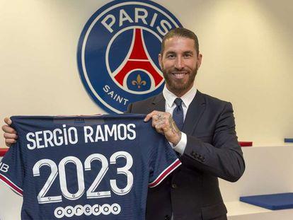 Sergio Ramos, con la camiseta del PSG hace una semana, cuando se anunció su fichaje.