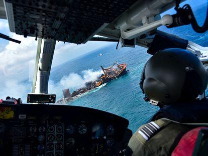 El barco MV X-Press Pearl este miércoles, mientras era remolcado a aguas más profundas, frente al puerto de Colombo, en Sri Lanka.