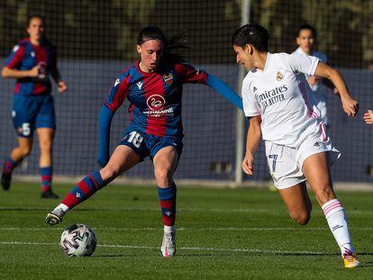 Eva Navarro controla el balón ante Marta Corredera el pasado 9 de diciembre en la Ciudad Deportiva del Levante.
