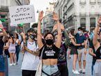 """Varias personas en una concentración para exigir """"El Pacto de Estado Contra la Violencia de Género"""", a 6 de agosto de 2021, en la Puerta del Sol, Madrid, (España). Con este acto de protesta, que cuenta con la presencia de componentes de la Secretaría de Mujer, Igualdad y Movimientos Ciudadanos de UGT Madrid como parte del 8M Movimiento Feminista de Madrid, se quiere denunciar la escalada de asesinatos machistas y la """"pasividad"""" por parte de los poderes del estado a la hora de establecer mecanismos contra la violencia patriarcal. 06 AGOSTO 2021 Alejandro Martínez Vélez / Europa Press 06/08/2021"""