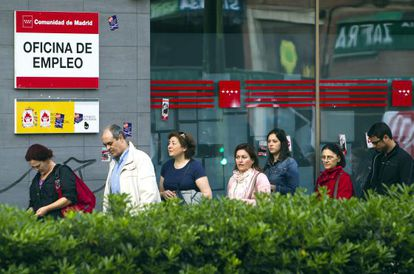 Parados en una oficina de empleo de Madrid.