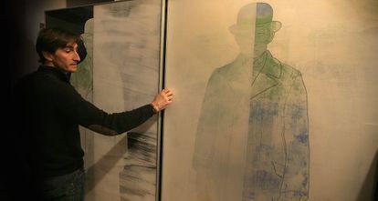 Ximo Amigó amb algunes obres al seu estudi.