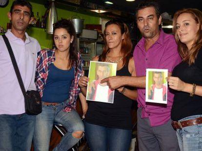 Familiares de Diego con la foto que repartieron para su búsqueda.