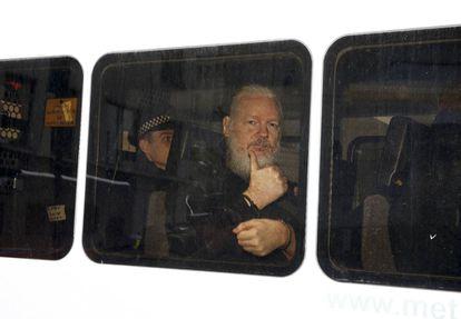 Julian Assange, fundador de WikiLeaks, tras ser detenido por la policía en la Embajada de Ecuador en Londres el pasado 11 de abril.