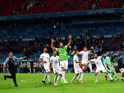 La selección italiana festeja con la afición su pase a la semifinal tras batir a Bélgica.
