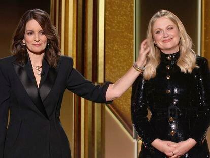 Tina Fey y Amy Poehler, en Nueva York y Los Ángeles respectivamente, durante el discurso inicial de los Globos de Oro 2021.
