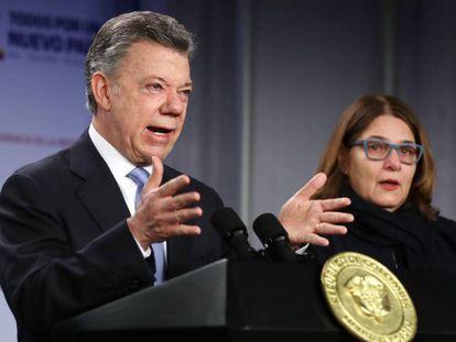 El presidente de Colombia, Juan Manuel Santos (izquierda), junto a la ministra de Cultura, Mariana Garcés, este lunes en Bogotá.