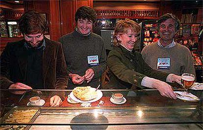 Esperanza Aguirre, acompañada por sus dos hijos y su marido, en una cafetería tras ejercitar su voto.
